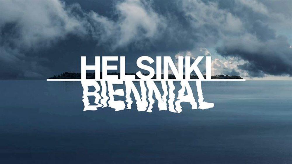 Insel mit blauem Himmel, blauem Meer. Über diesem das Wort Helsinki und das Wort BIENNIAL spiegelt sich im Wasser.