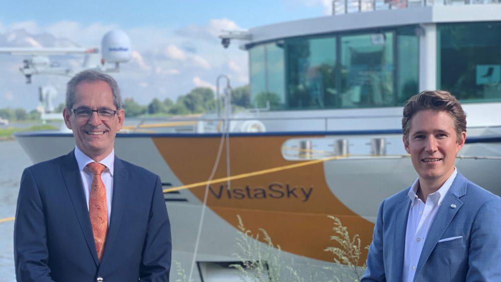Zwei Männer vor dem Schiff.