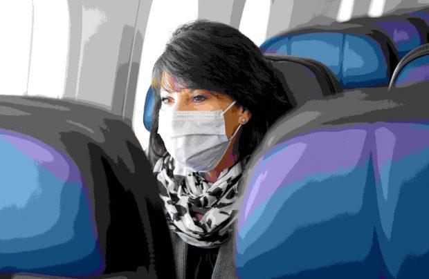 Fluggast mit Mundschutz