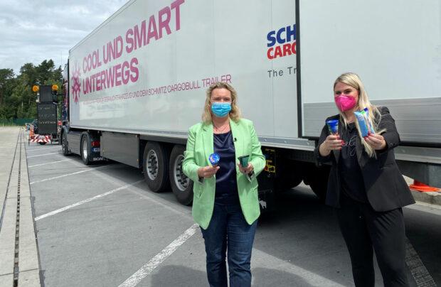 Verkehrsministerin und Frauenbotschafterin des LBT verteilen Eis an LKW-Fahrer
